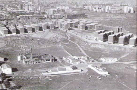 Años 80. Actual zona del metro de Miguel Hernández, el cruce de las calles Rafael Alberti con San Claudio